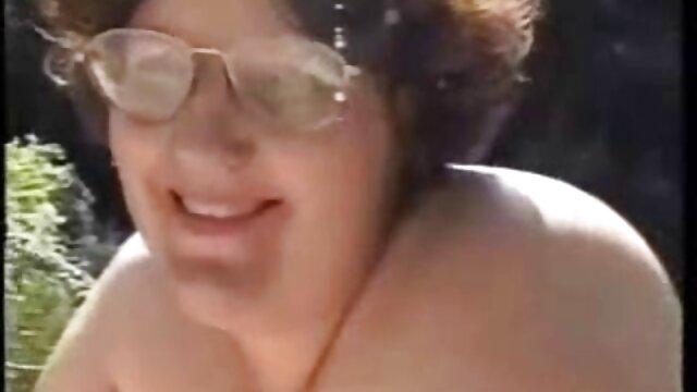 La morena lavó porno en audio español su cuerpo y empezó a limpiarle la polla