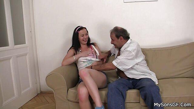 Una belleza con hermosos ordeños grandes, aunque de silicona, pornohub en español dejó entrar en su vagina el gran pene de un chico musculoso