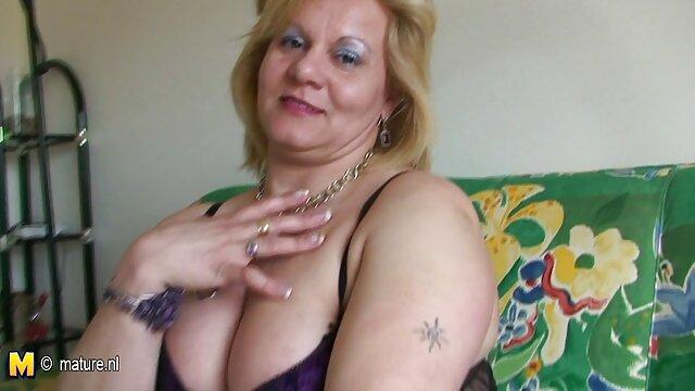 La zorra tetona masturba la polla gorda de su semental porno español intercambio con las piernas