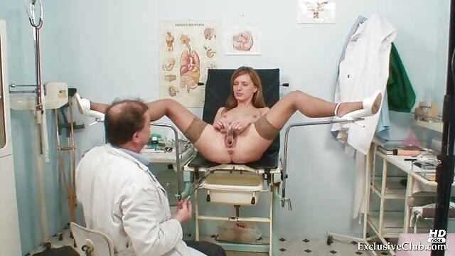 Una jovencita abrió xxx hablando en español la boca y toma el esperma caliente de los clientes