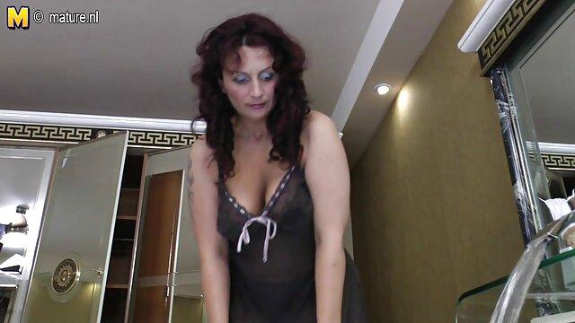 Dos hermosas chicas desnudas se turnan para mostrar sus culos sin bragas, solo porno español luego se conectan entre sí para que puedas examinar cuidadosamente sus culos desnudos.