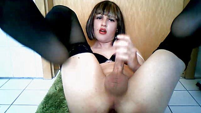 La lujuriosa Nikita Bellucci se corre videos de sexo subtitulados con solo dos pollas en el culo