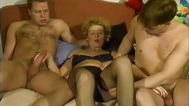 Chica desnudarse videos pornosen español en una habitación de hotel