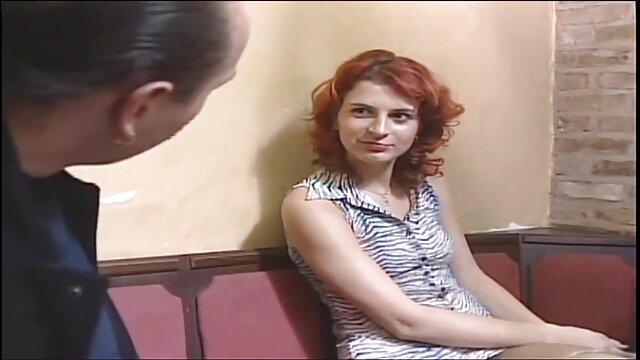 Al llegar a la llamada, el joven policía no esperaba que en porno español lugar de escenas de violencia, viera a una bella amante del BDSM. La chica decidió que era un call boy y se folló a un policía