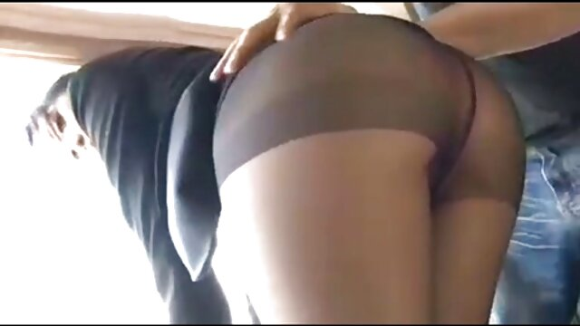 Un profesor porno audio latino calvo se folla a una joven estudiante tetona en anal y coño