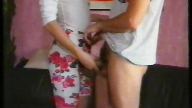 Un hombre calvo se folla apasionadamente a una joven modelo morena de la publicidad pormo en castellano