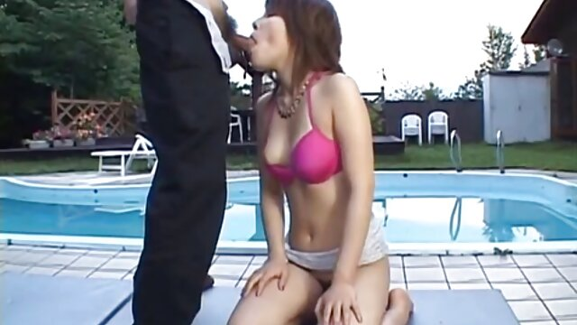 La pobre se molestó mucho cuando vio al jefe con su amante. Tenía tantas ganas de que se la follara como pono en castellano la última puta ... Enojada y humillada, se entregó al primer chico con el que se cruzó.