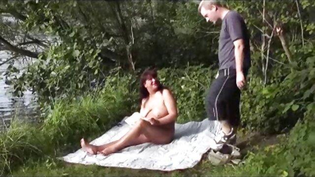 Una joven rubia al borde del baño le acaricia el coño peliculas de incesto completas