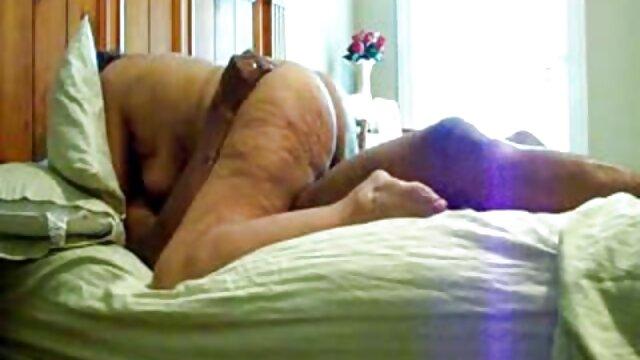 La rubia muele la polla gorda del tío esperanza gómez en español con los labios en el cine