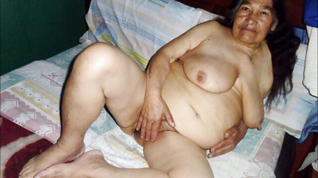 Rubia tetona con coño afeitado chupa apasionadamente la polla gorda de su semental por no gay en español gordo