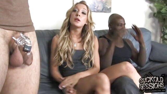 Una hermosa chica primero chupó videos de lesvianas en español su juguete sexual favorito y entonces humedeció el consolador con saliva para que entrara más fácilmente en el agujero.